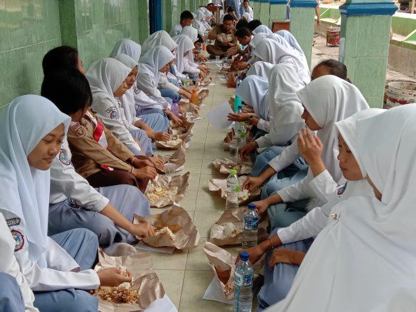 Dalam Rangka Idhul Adha, SMAN 1 Sidomulyo Makan Rendang Bersama 1000  Siswa